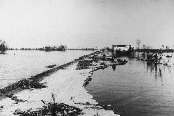 Musile di Piave - Strada di Millepertiche danneggiata dall'onda di piena (1966)
