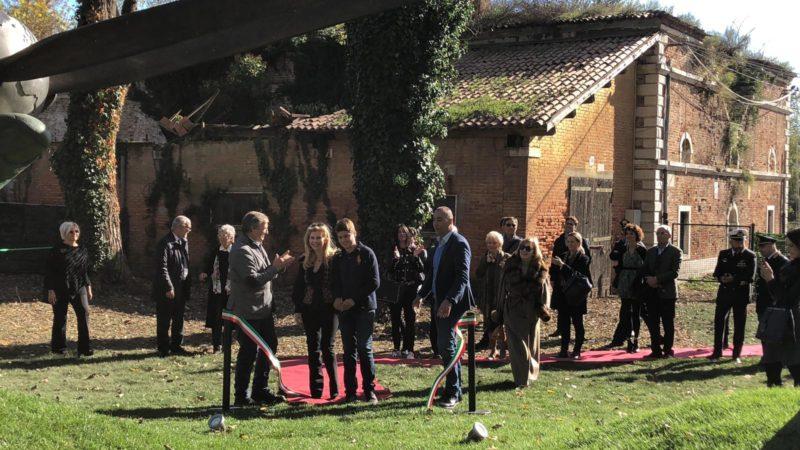 """""""Stop Playing"""" - Il taglio del nastro per l'inaugurazione dell'opera di Lorenzo Quinn"""