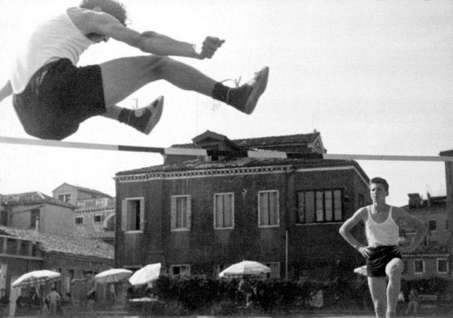 Anni '50: salto in alto all'aperto. ph © Iveser - Archivio Fotografico Convitto Biancotto