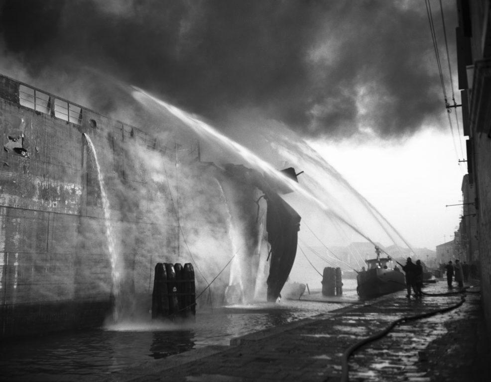 Incendio Petroliera Luisa - Venezia 1965 -  PH© Vittorio Pavan Archivio Cameraphoto
