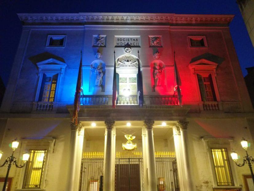 Dal rogo alla speranza: Venezia abbraccia Parigi