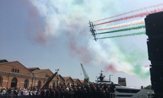 Un arcobaleno tricolore dà il via al Salone Nautico di Venezia