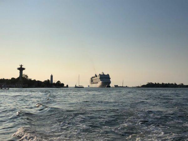 Grandi Navi da Crociera navigano il Canale dei Petroli