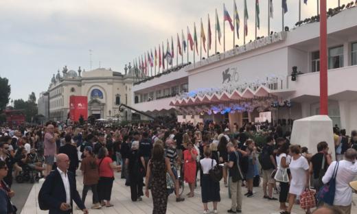 Bagno di folla per l'apertura della Mostra del Cinema.