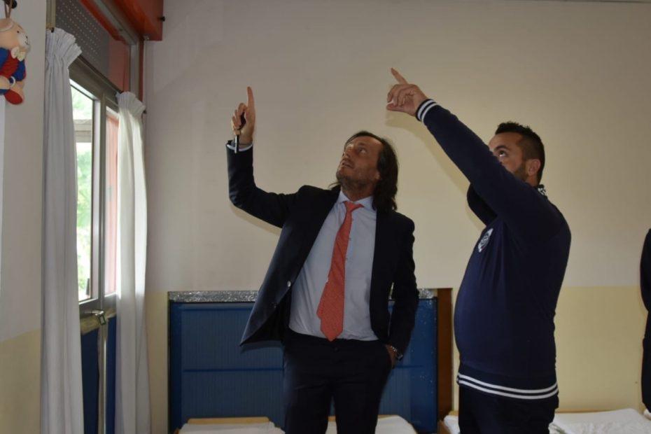 L'assessore Paolo Romor con un tecnico durante un soprallugo ai nidi Cappuccetto Rosso e Girasole, a Marghera
