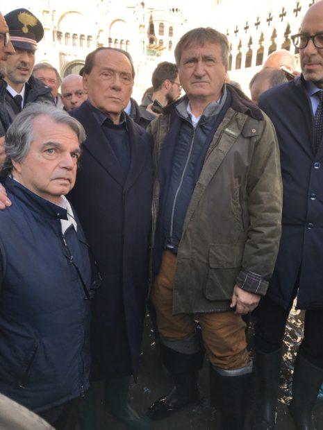 Acqua alta, Berlusconi e Brunetta con gli stivali a Venezia