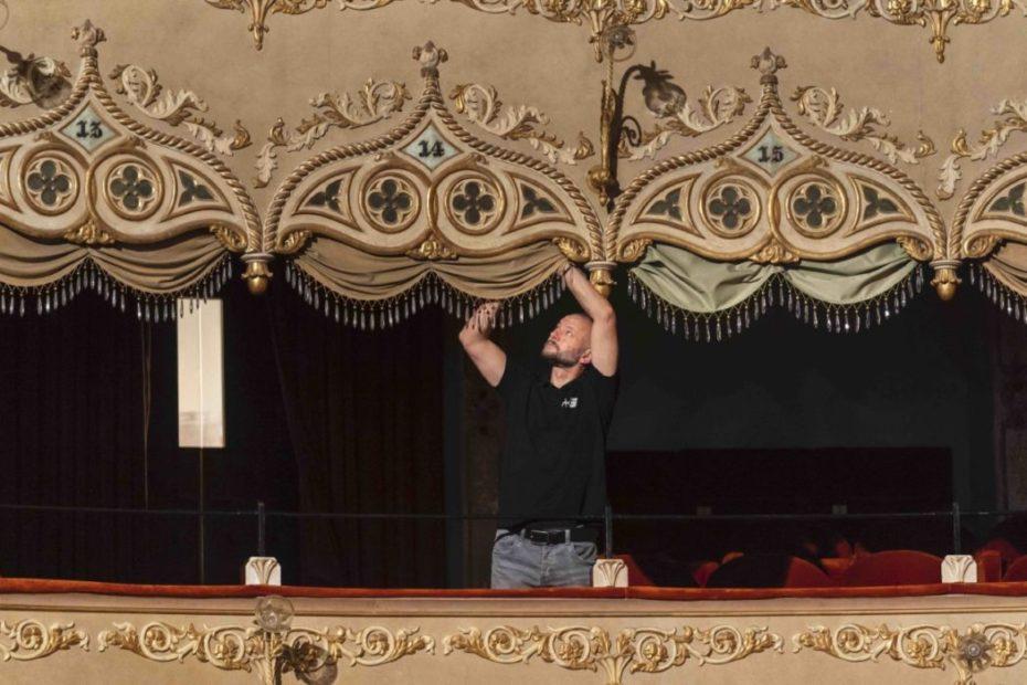 Maestranze al lavoro al Teatro Goldoni di Venezia