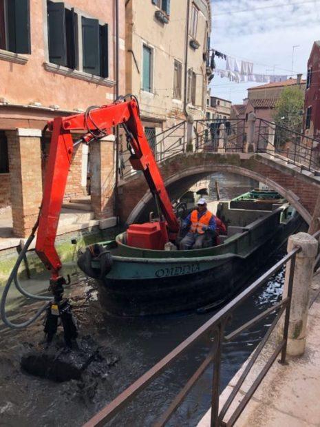 Lo scavo in umido di un rio a Venezia
