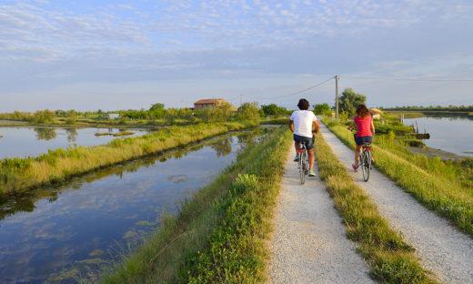 Cicloturismo: primavera sulle due ruote tra natura, mare, laguna e storia