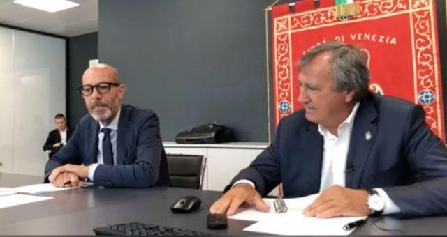 L'assessore Michele Zuin e il sindaco Luigi Brugnaro in occasione della presentazione dell'assestamento di Bilancio