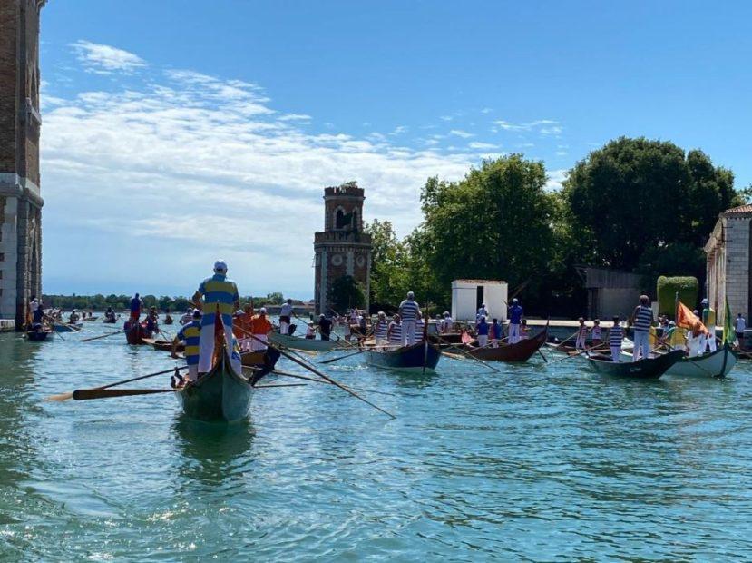 Venezia a remi verso un nuovo inizio