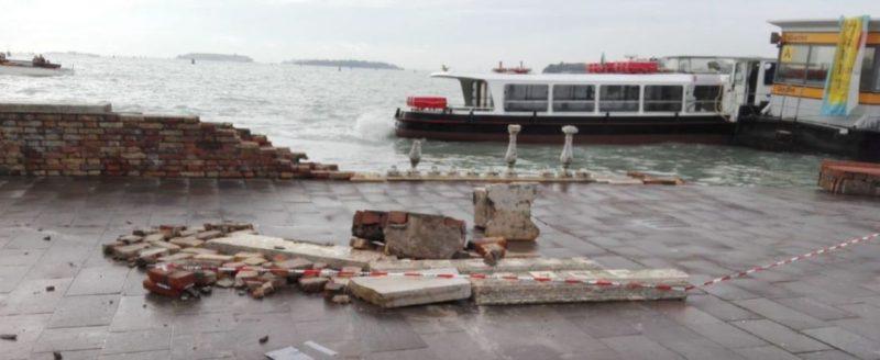 Il muretto danneggiato sulla riva a Castello