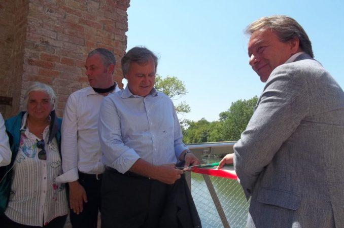Il sindaco di Venezia, Luigi Brugnaro, taglia il nastro in occasione dell'inaugurazione del quarto ponte di Forte Marghera