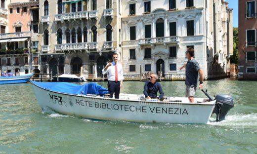 A Venezia il prestito bibliotecario si fa in barca