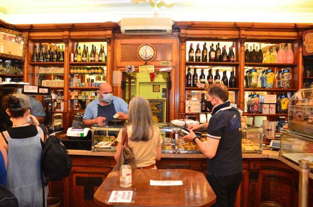 clienti al banco dell'antica pasticceria Rizzardini