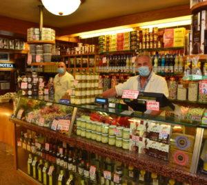 Da dx: Gino Mascari e il fratello Gabriele nel loro negozio
