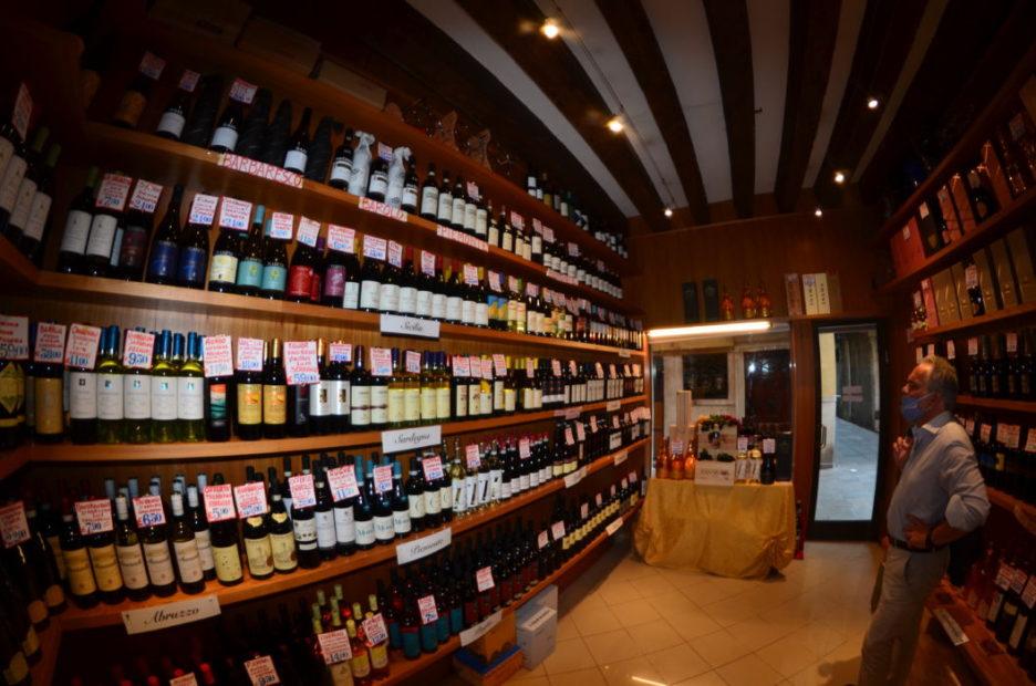 L'area enoteca del negozio Mascari, a Venezia