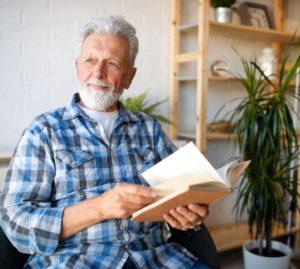 anziano che legge