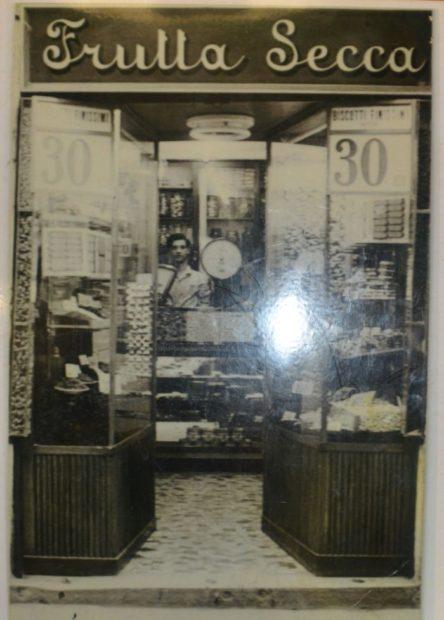 Luciano Mascari nel suo negozio appena aperto, 1946