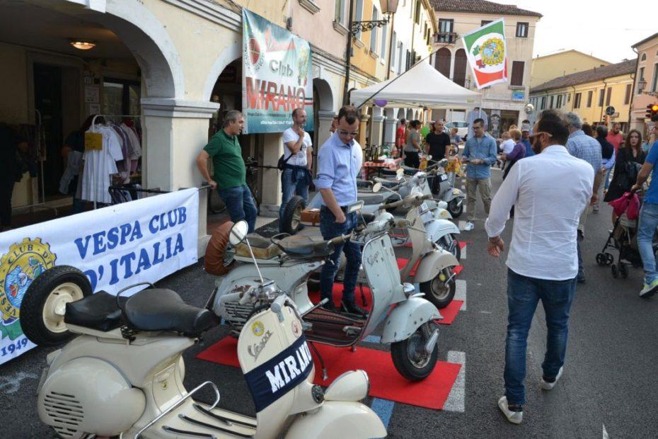 """L'esposizione di moto storiche del Vespa Club in occasione di """"A piedi in centro"""" 2019 a Mirano"""