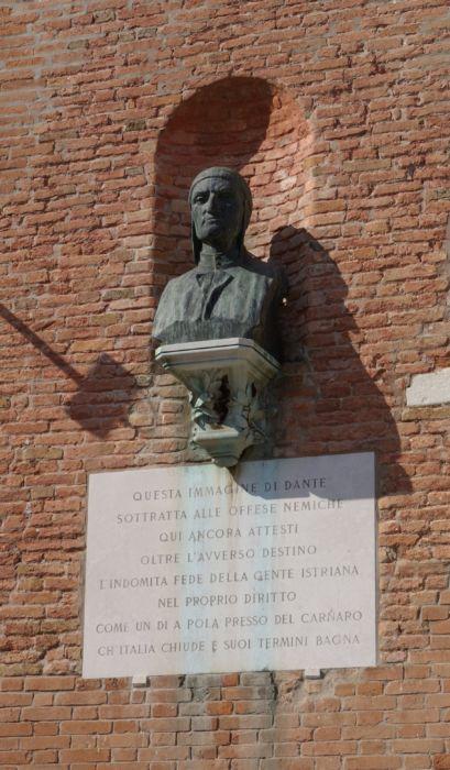Busto di Dante presente all'Arsenale di Venezia