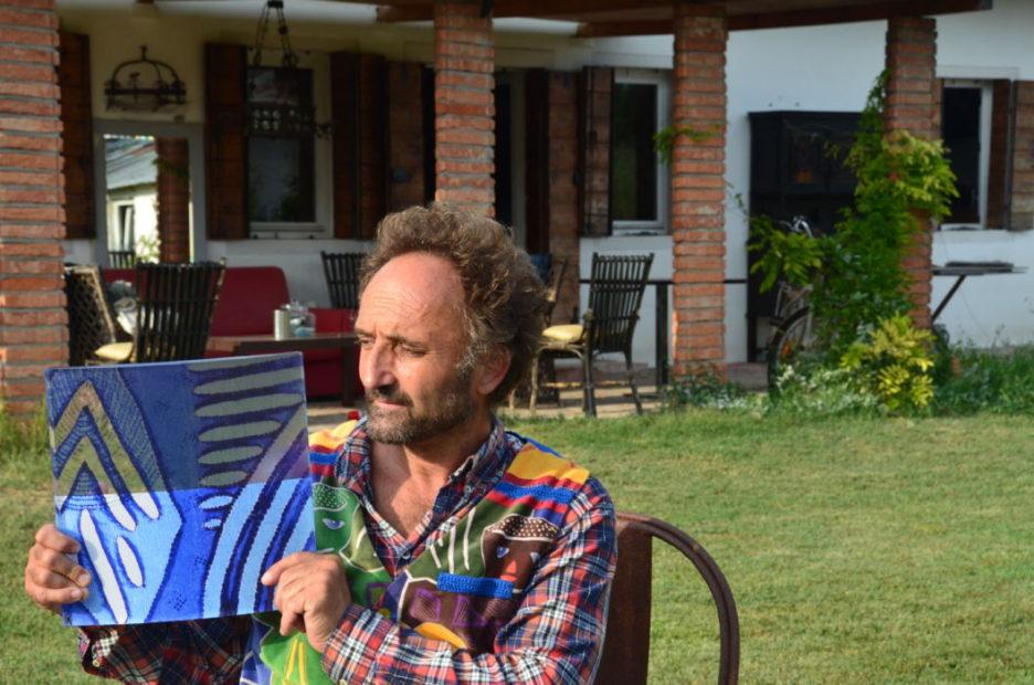 Paolo Andrich mostra una delle tele dello zio Lucio