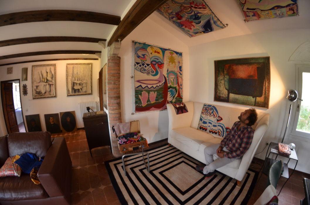 Le tele di Lucio Andrich appese al soffitto e alle pareti della sua casa di Torcello