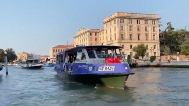 Il vaporetto ibrido E1 di AVM/Actv durante la sperimentazione in Canal Grande