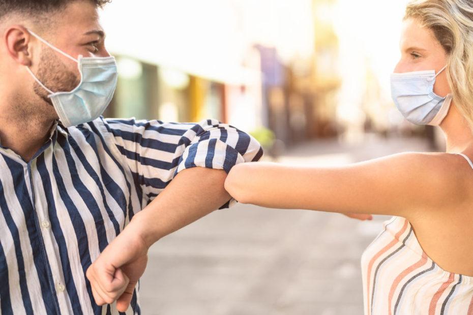 OMS: niente più saluto con il gomito