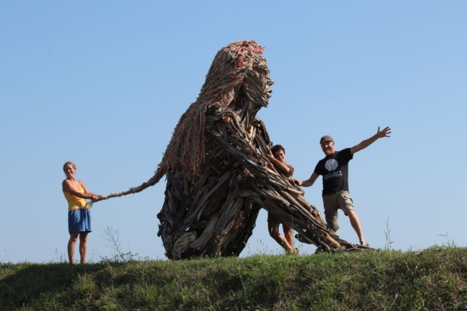 Marco, Sara e Anna finiscono la scultura