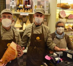 Al lavoro in negozio, Giuliano, Filippo e Bruna