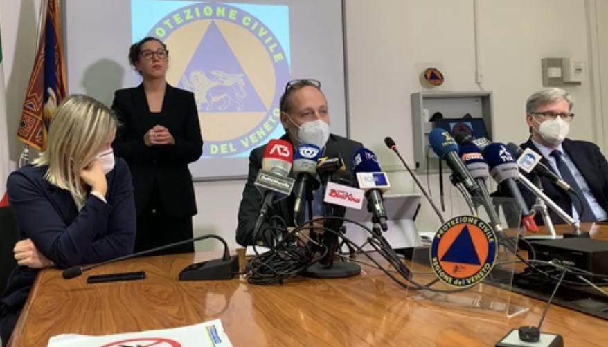 Paolo Fattori (al centro) con l'assessore alla Sanità Emanuela Lanzarin (a sx) e l'assessore alla Protezione Civile Gianpaolo Bottacin