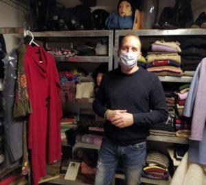 Ennio Zane nell' angolo del riuso allestito nel suo negozio