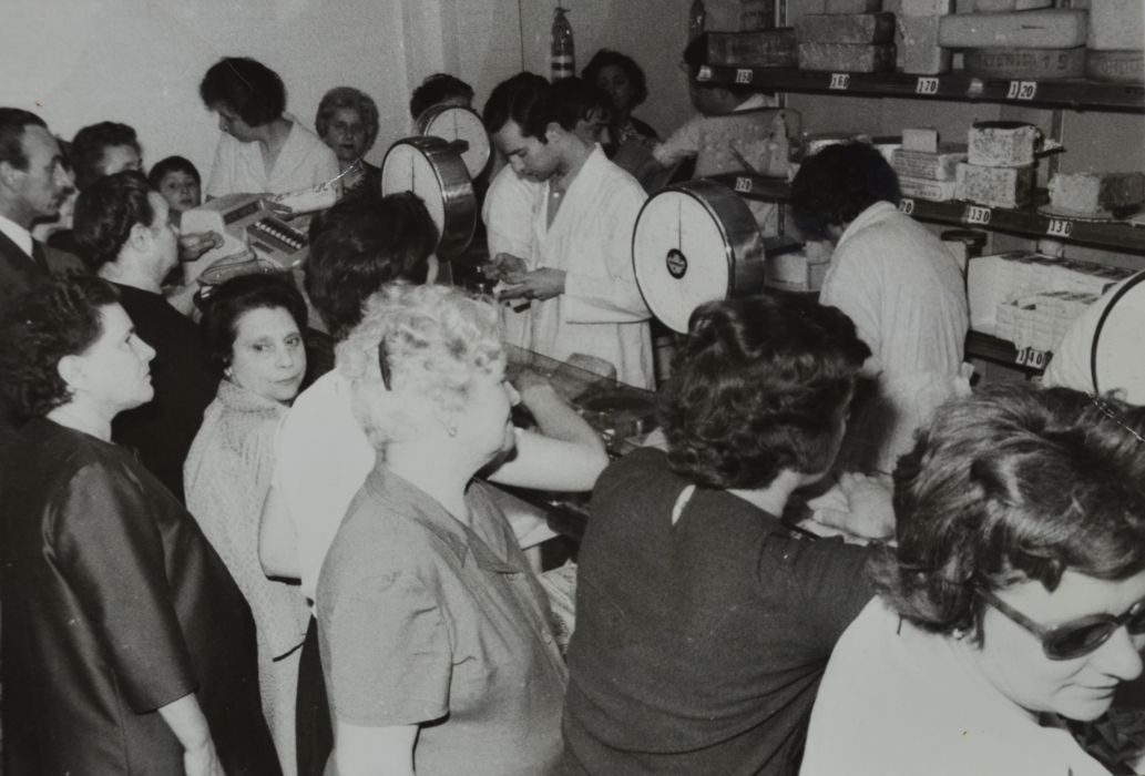 In negozio inizio anni '70 al centro Giuliano Aliani