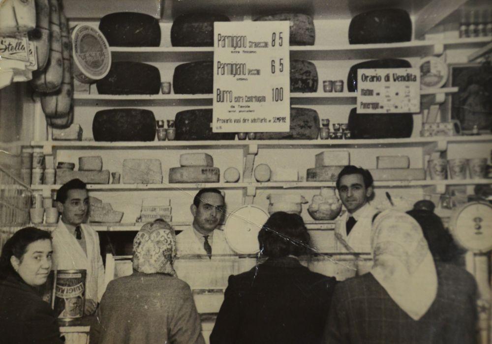In negozio negli anni '50 al centro Giuliano Aliani con a fianco il fratello Bruno