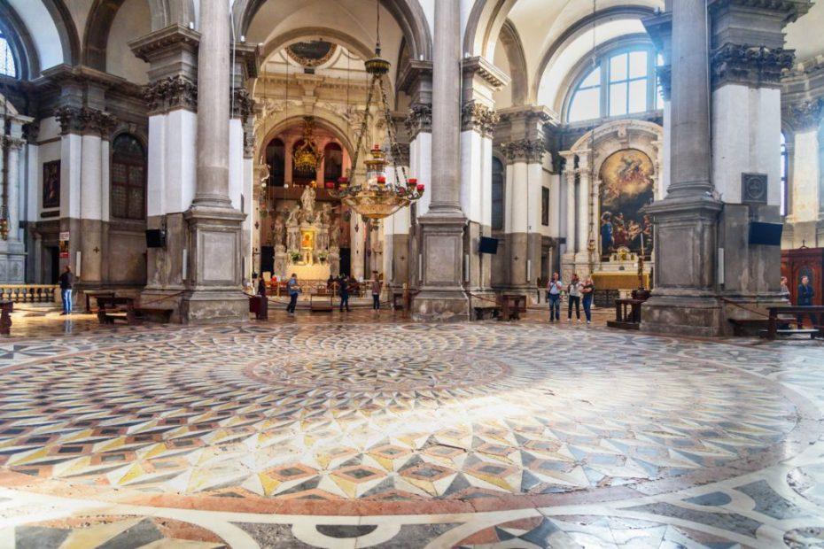 Interno della basilica della Madonna della Salute, altare maggiore
