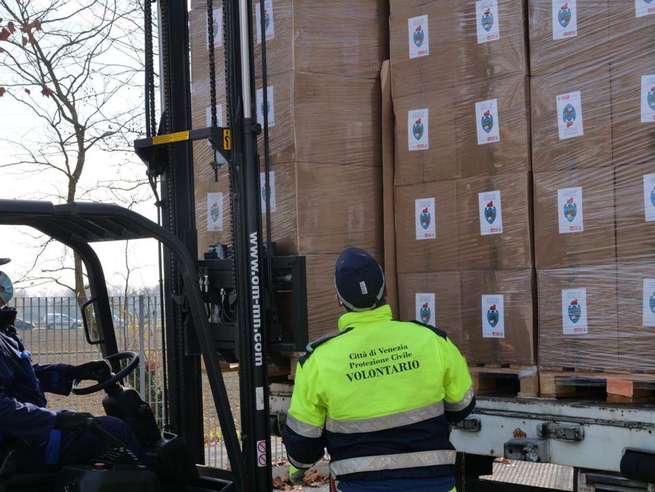 Bancali di beni alimentari consegnati alla Protezione Civile di Mestre