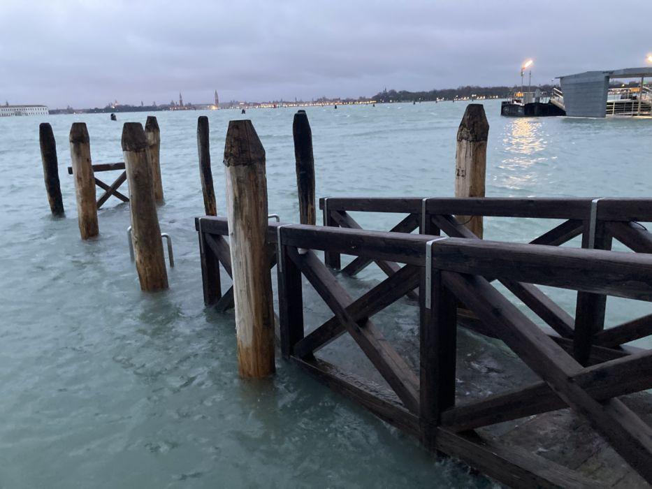 L'approdo dei taxi al Lido di Venezia sommerso dall'acqua alta 8 dicembre 2020