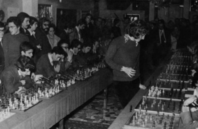 La simultanea è un evento in cui un giocatore gioca con più avversari contemporaneamente. In questa foto il Gran Maestro olandese Jan Timman, durante una simultanea organizzata a Padova negli anni Settanta