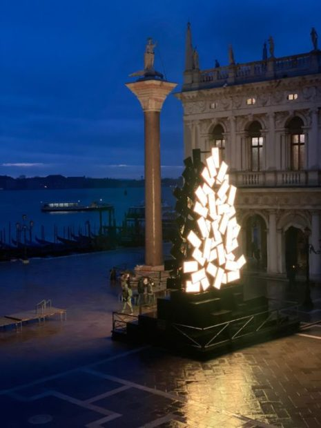 L'albero di Natale di Fabrizio Plessi in Piazza San Marco, a Venezia