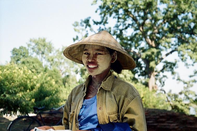 Donna con il volto coperto di thanaka Birmania