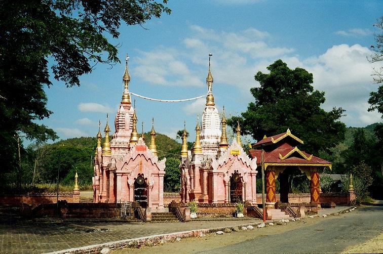 Piccoli templi nelle campagne della Birmania