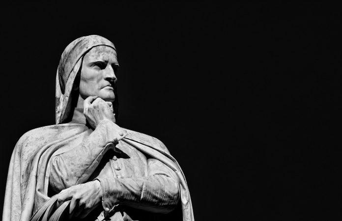La statua di Dante Alighieri in Piazza dei Signori a Verona