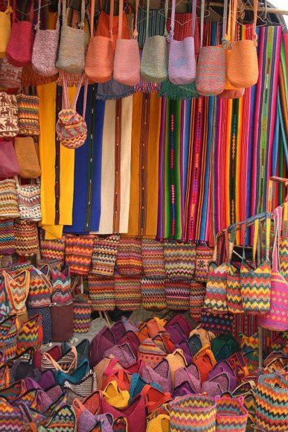 Guatemala Mercato di Antigua, tessuti indios @Gianmarco Maggiolini