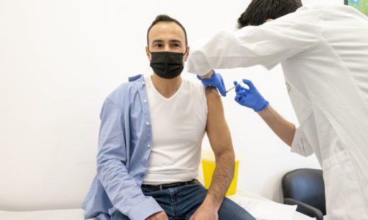 Vaccini in azienda, firmato il protocollo. Da maggio si parte.