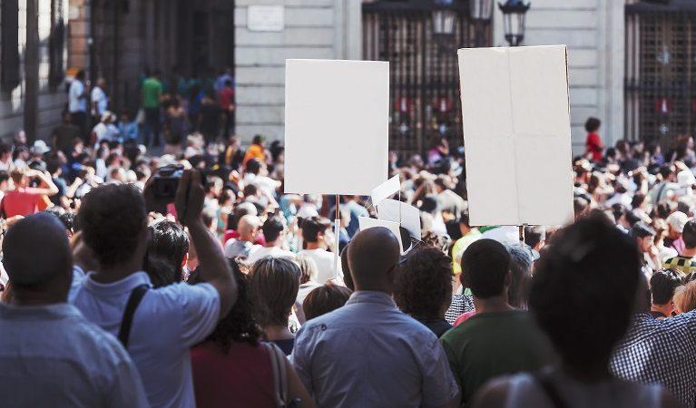 Io apro: tensioni alla manifestazione non autorizzata