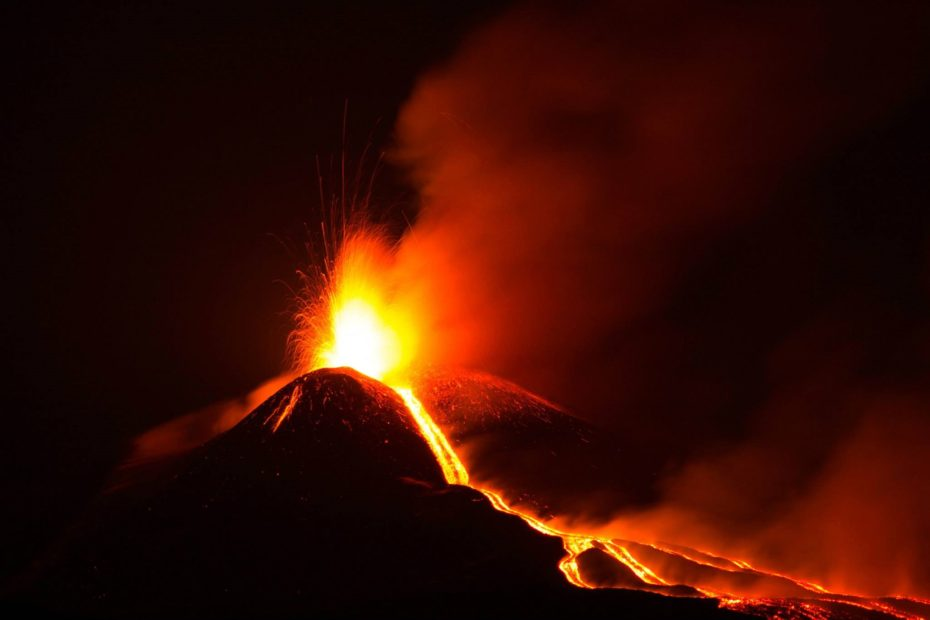 L'Etna non si ferma, nuova spettacolare eruzione nella notte