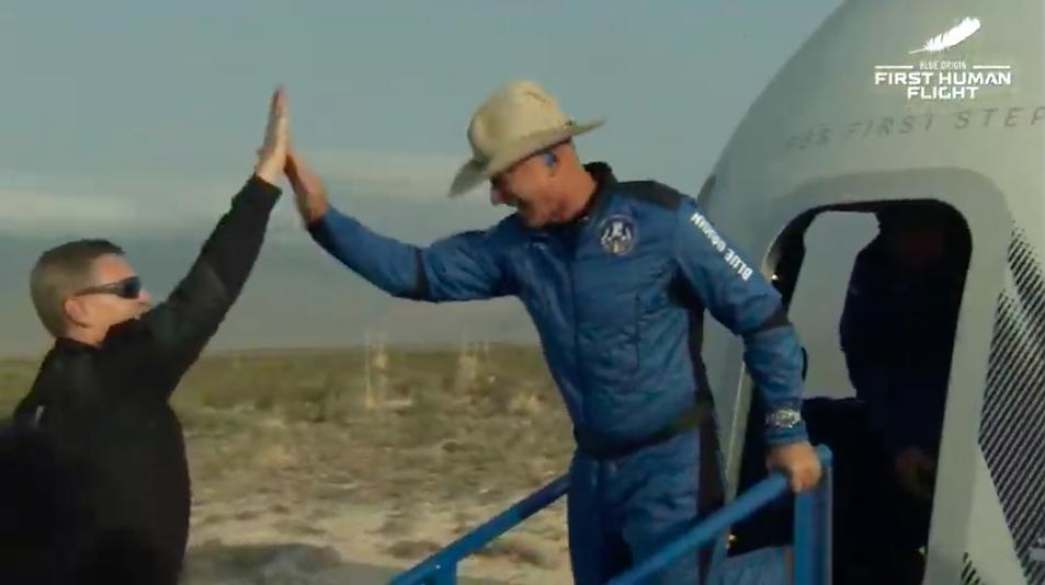 Jeff Bezos vola nello spazio con la sua Blue Origin