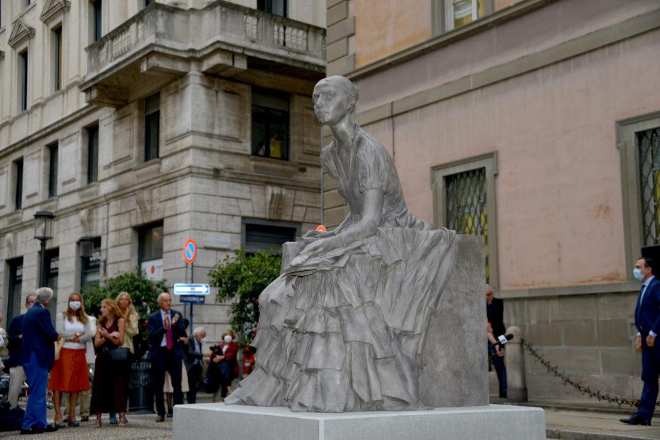 Milano inaugura la prima statua femminile della città