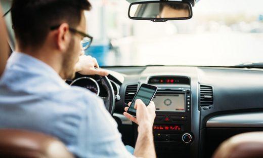 Cellulare alla guida: possibili punizioni più pesanti